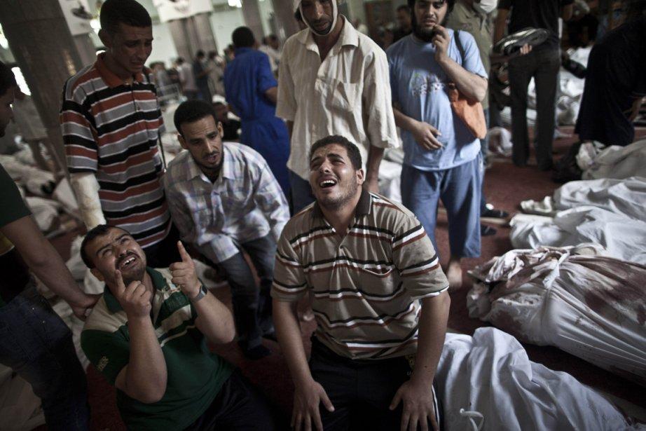 Des Égyptiens pleurent la mort de leurs proches... (PHOTO HASSAN AMMAR, AP)