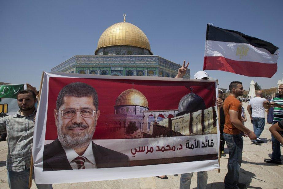 Sur l'esplanade des Mosquées, les manifestants, agitant des... (PHOTO AHMAD GHARABLI, AFP)