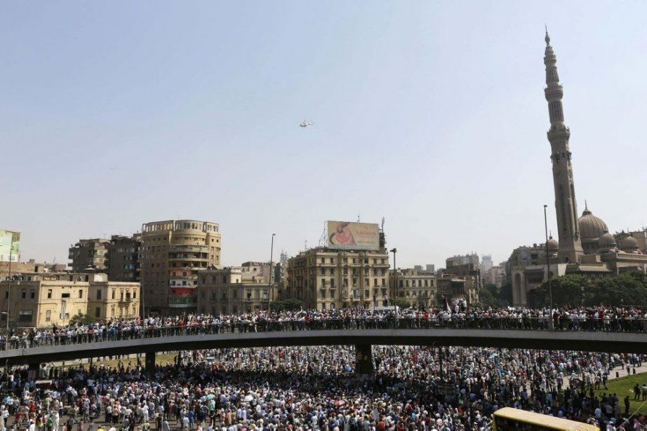 Des partisans du président islamiste déchu Mohamed Morsi... (PHOTO LOUAFI LARBI, REUTERS)