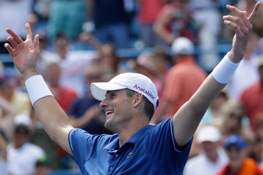L'Américain John Isner a surpris Djokovic 7-6 (5),... (PHOTO AL BEHRMAN, AP)