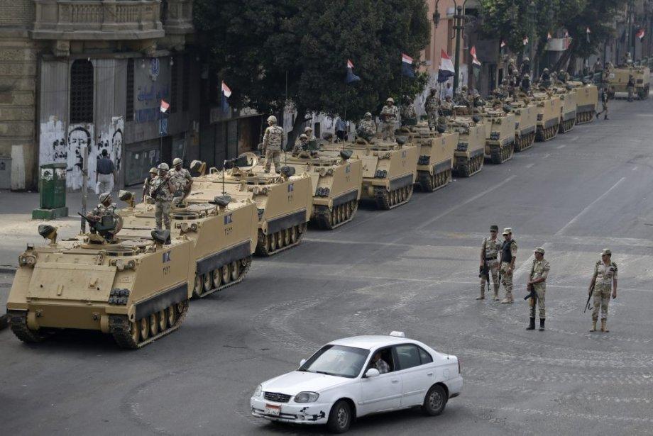 L'armée tenait ses positions sur la place Tahrir,... (Photo Hassan Ammar, Associated Press)