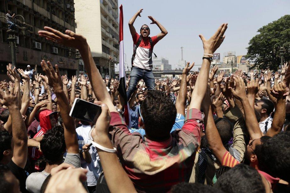 Les pro-Morsi dénoncent un coup d'État contre le premier président... | 2013-08-16 00:00:00.000