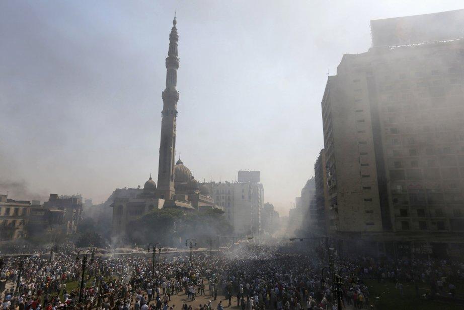 La fumée des gaz lacrymogènes s'élève dans le ciel près de la mosquée Al-Fath, au Caire. | 16 août 2013