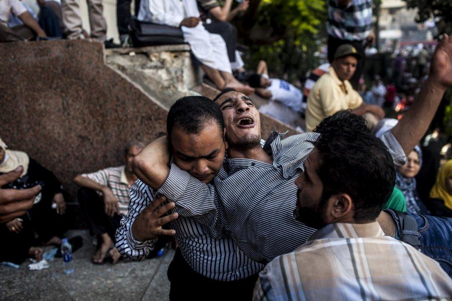 Les manifestants éloignent un blessé de la foule pendant une manifestation au Caire, le 16 août, visant à dénoncer la mort mercredi de 578 personnes, tués dans la dispersion par l'armée et la police de leurs camps. | 16 août 2013