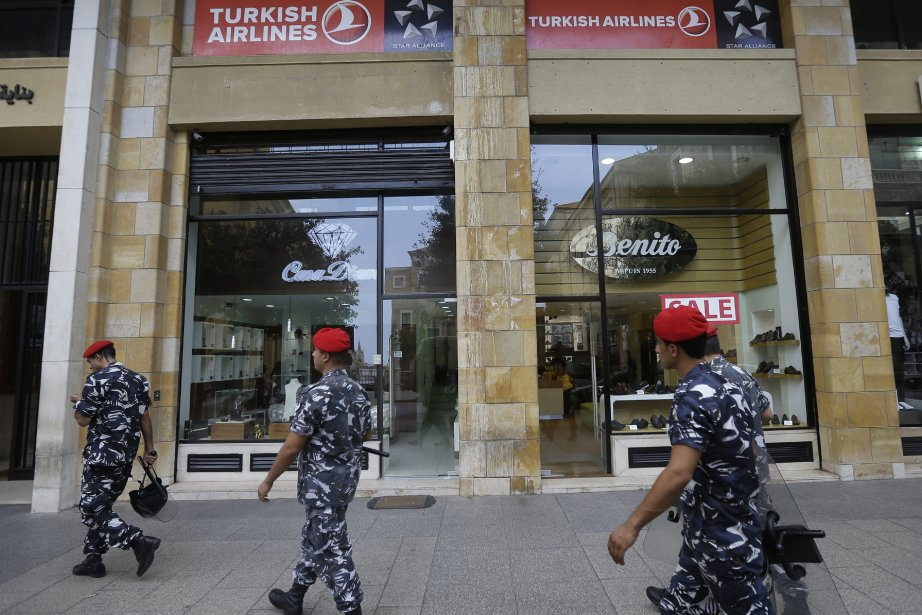 Des policiers libanais montent la garde devant les... (Photo Hussein Malla, AP)