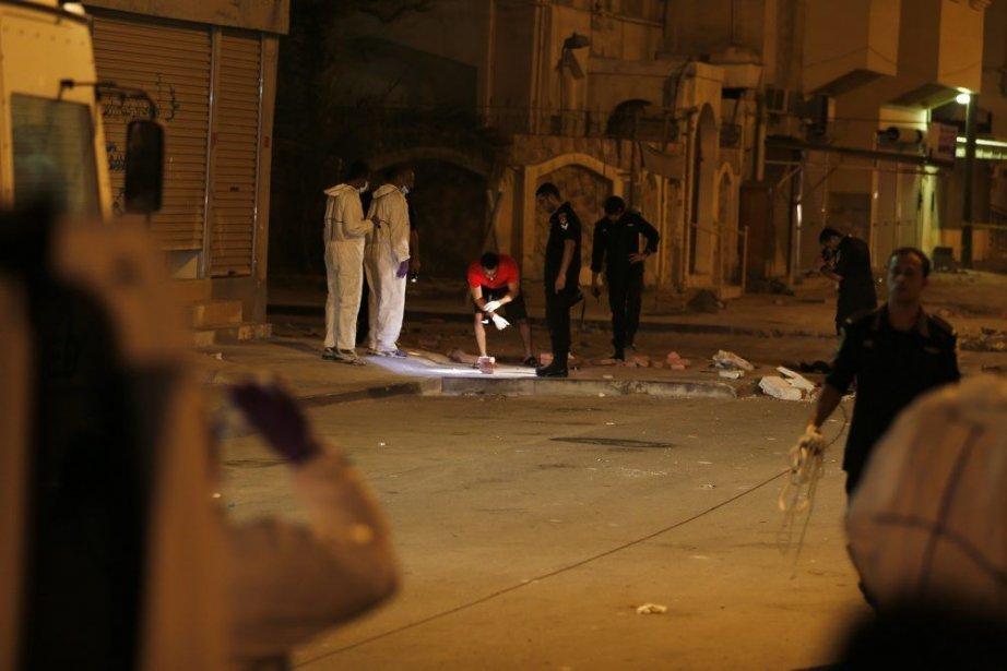Des spécialistes enquêtent sur les lieux de l'explosion... (PHOTO HAMAD I MOHAMMED, REUTERS)