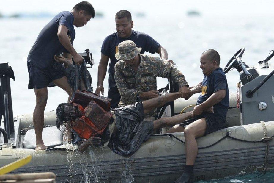 Une victime est repêchée au large deCebu.... (PHOTO TED ALJIBE, AFP)