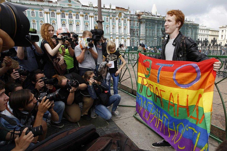 Un militant pose avec un drapeau gai sur... (PHOTO Alexander Demianchuk, REUTERS)