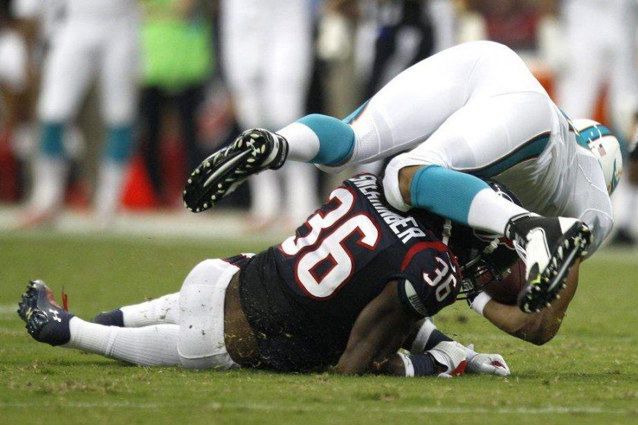 Keller s'est blessé lorsqu'il a été plaqué par... (PHOTO BRETT COOMER, AP)