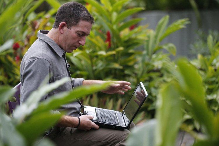 Glenn Greenwald au travail dans sa résidence à... (Photo: Reuters)