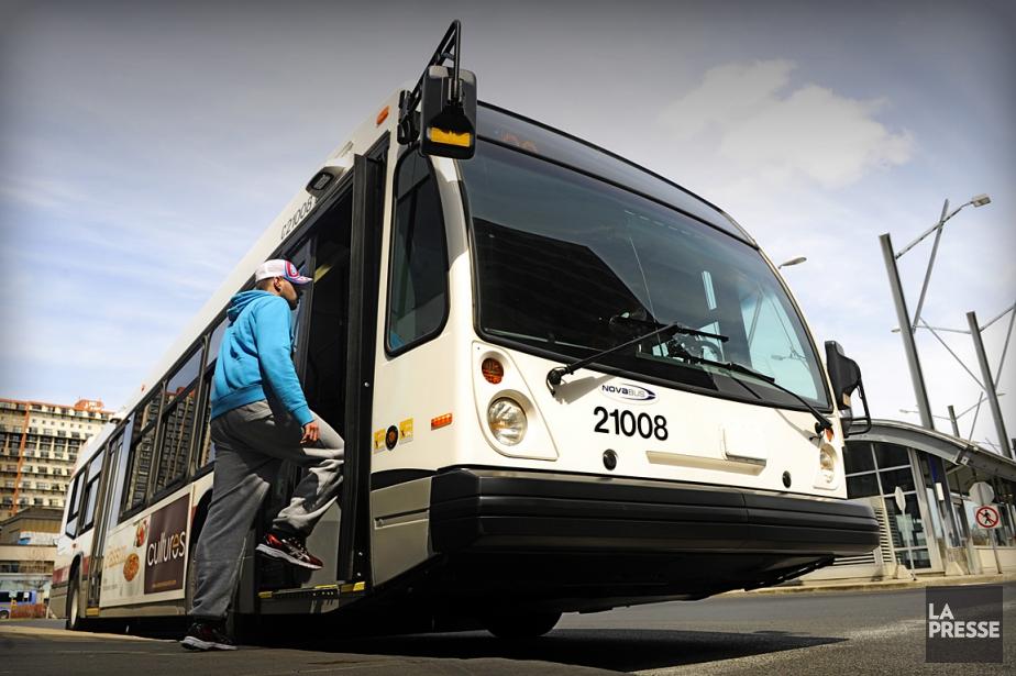 Un autobus du RTL, au terminus de Longueuil.... (PHOTO ARCHIVES LA PRESSE)