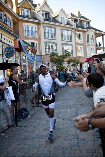 Un coureur est accueilli par la foule dans le village de Tremblant. | 19 août 2013