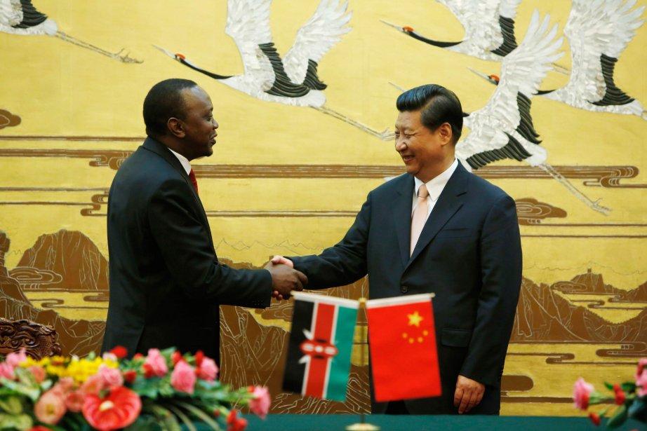 Le président kényan Uhuru Kenyatta en compagnie de... (Photo HOW HWEE YOUNG, AFP)