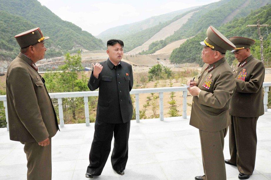 Le dirigeant Kim Jong-un (au centre) entend doter... (PHOTO ARCHIVES AFP/KCNA)