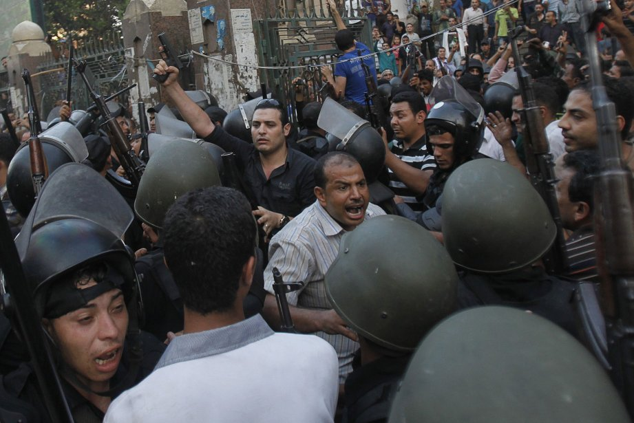 L'assaut lancé par la police mercredi contre deux... (Photo AMR ABDALLAH DALSH, Reuters)