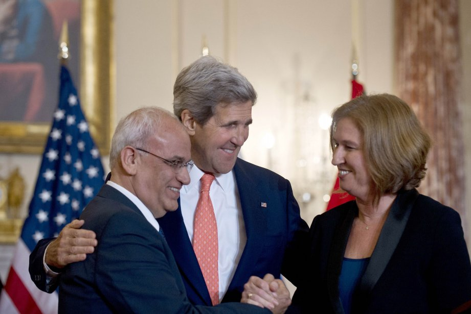 Saëb Erakat (gauche), John Kerry (centre) etTzipi Livni... (Photo Nicholas KAMM, AFP)