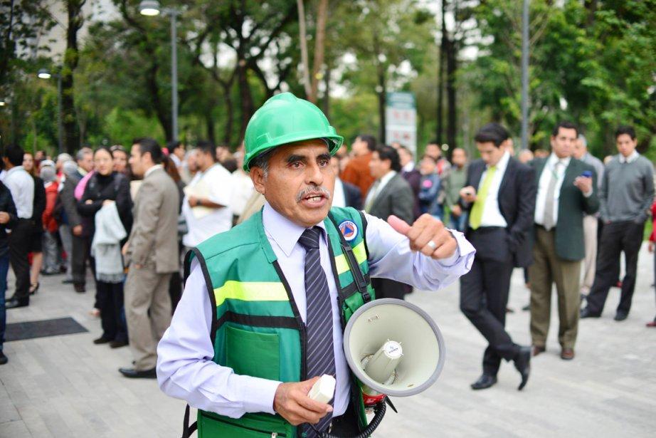 Dans le centre-ville de Mexico, plusieurs centaines de... (PHOTO YURI CORTEZ, AFP)