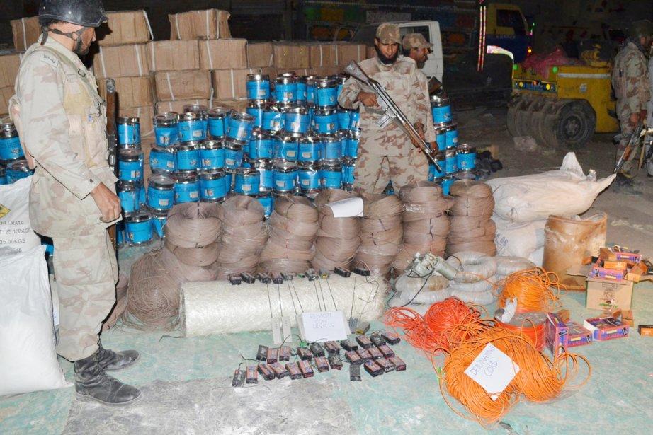 Les paramilitaires ont trouvé des câbles, des fils,... (PHOTO BANARAS KHAN, AFP)