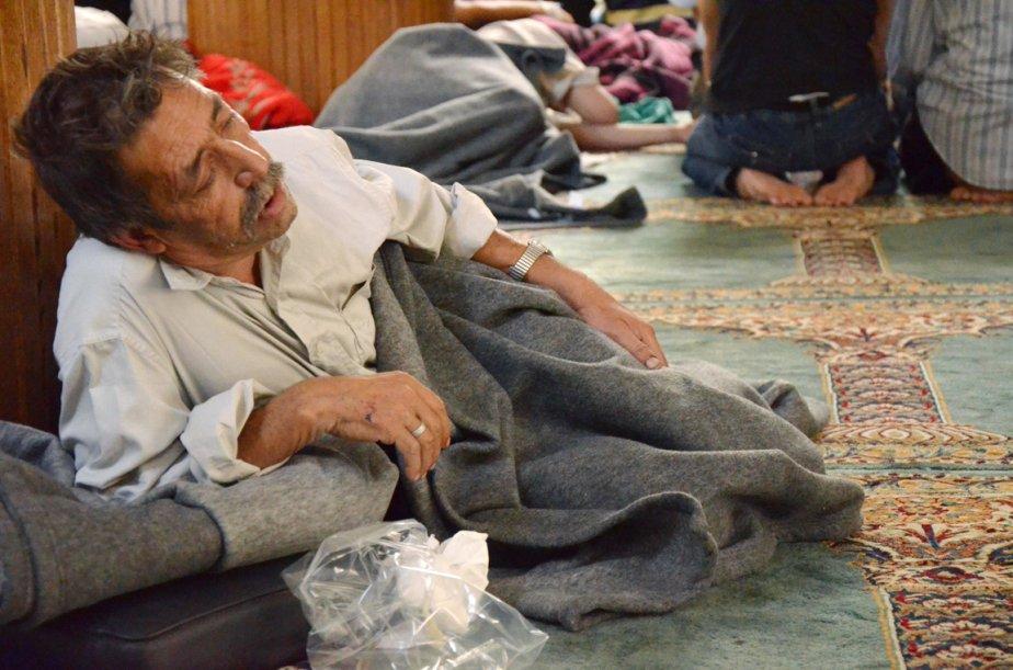 Un survivant de ce que les rebelles syriens ont qualifié d'attaque chimique tente de récupérer dans une mosquée de Douma, dans le centre de la capitale syrienne. | 21 août 2013