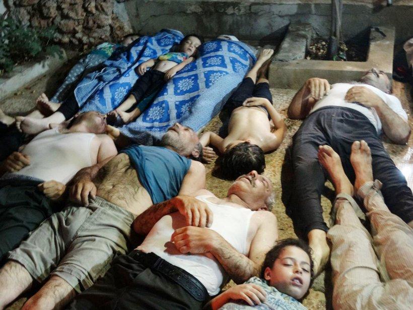 Plusieurs photos et vidéos diffusées par des militants à titre de preuves de l'utilisation d'armes chimiques par les forces du régime montrent des corps d'enfants et d'adultes étendus sur le sol et ne présentant aucunes traces de blessures. | 21 août 2013