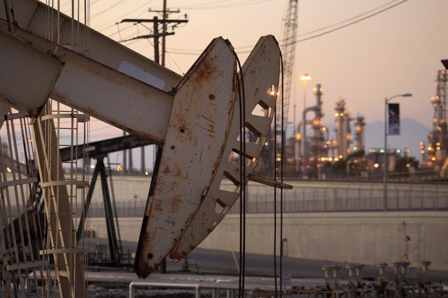 Le pétrole a clôturé en nette baisse mercredi à... (Photo DAVID MCNEW, REUTERS)