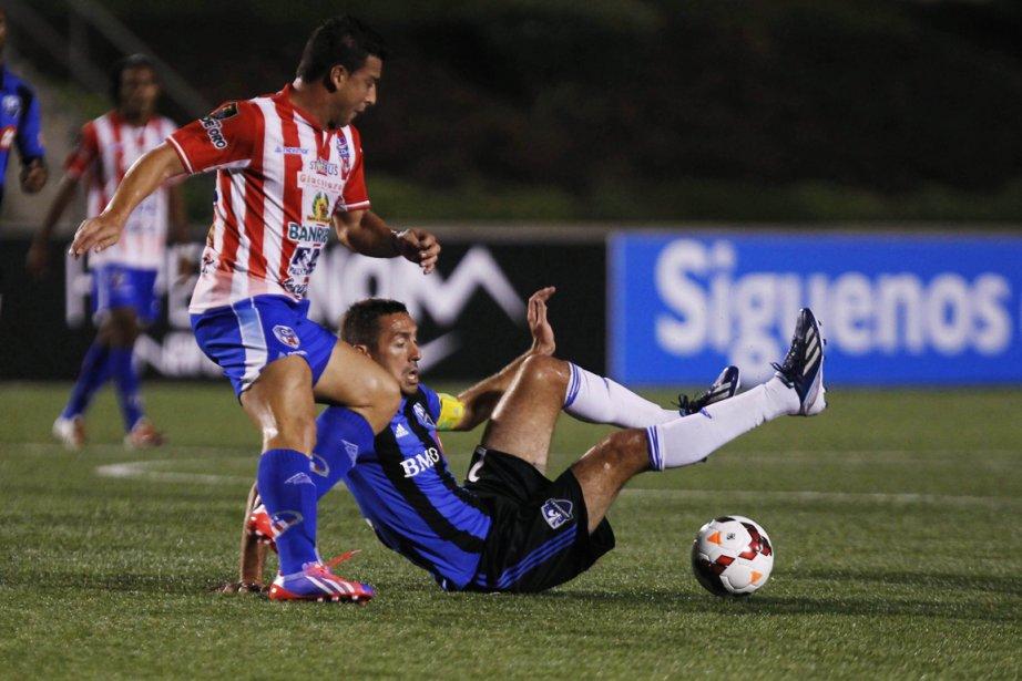 Le capitaine de l'Impact Davy Arnaud (à droite)... (Photo Jorge Dan Lopez, Reuters)