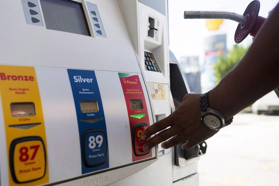 Sur le mois, les prix de l'essence ont... (Photo archives La Presse Canadienne)