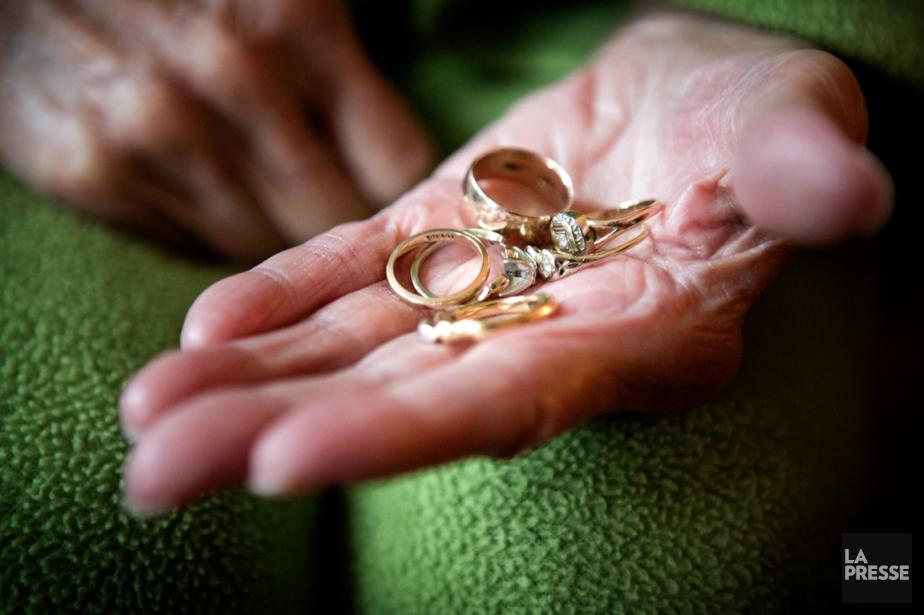 Léonie Archambault, 90 ans, possède de nombreux bijoux... (PHOTO MARCO CAMPANOZZI, LA PRESSE)