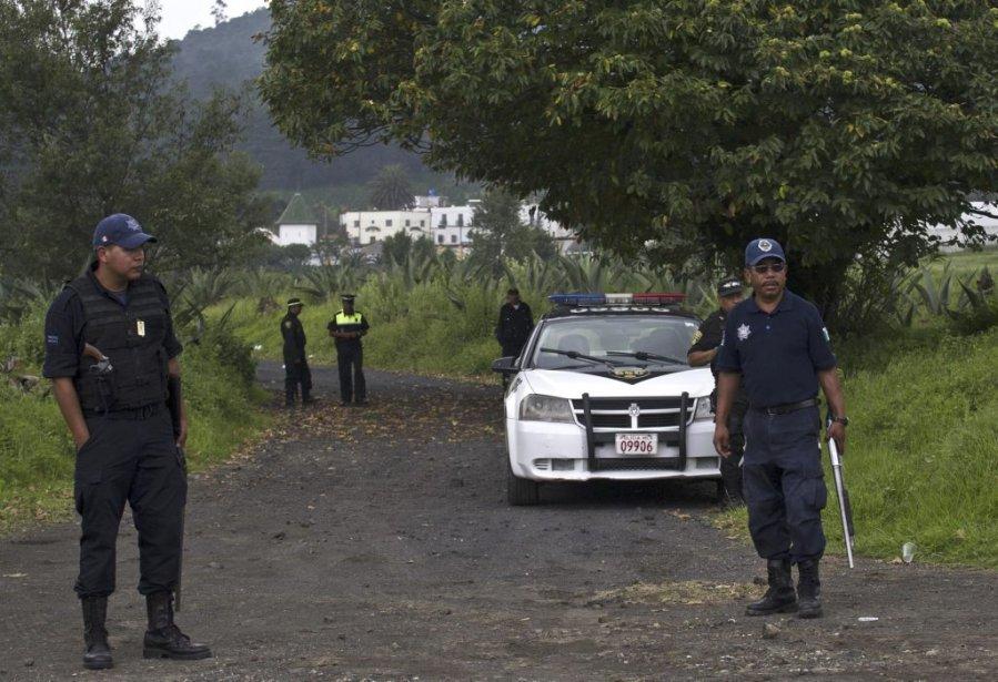 Les policiers montent la garde près de l'endroit... (Ronaldo Schemidt)