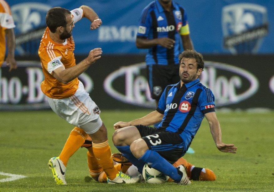Hernan Bernardello (23) tente d'empêcher Adam Moffat de prendre possession du ballon. | 24 août 2013