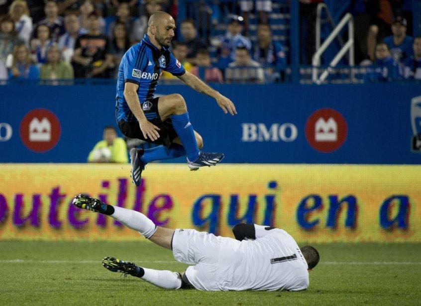 Marco Di Vaio saute par dessus le gardien Tally Hall (1). | 24 août 2013