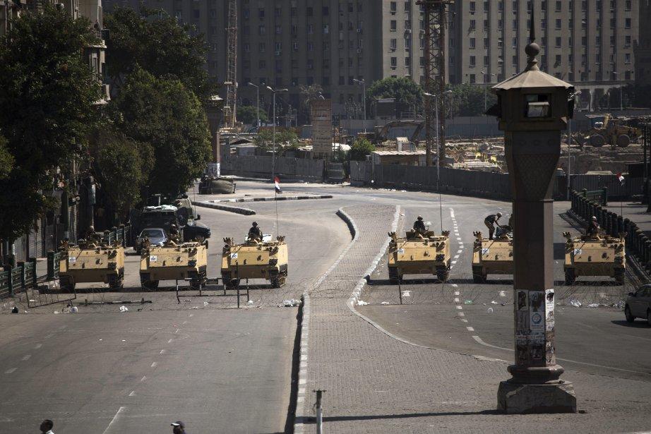 Des blindés de l'armée égyptienne bloquent la place... (Photo Manu Brabo, AP)