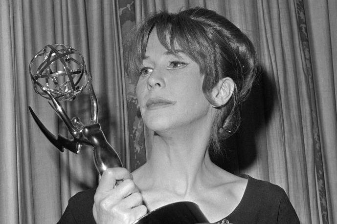Julie Harris pose avec un Emmy reçu en... (PHOTO ARCHIVES AP)