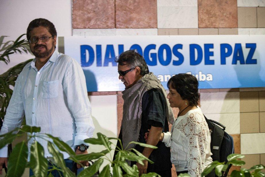 Les commandants des FARC Ivan Marquez et Jesus... (PHOTO YAMIL LAGE, AFP)