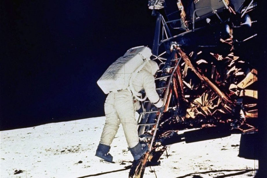 L'astronauteEdwin Eugene Aldrin Jr descend de la capsule... (PHOTO ARCHIVES PC/AP/NASA)