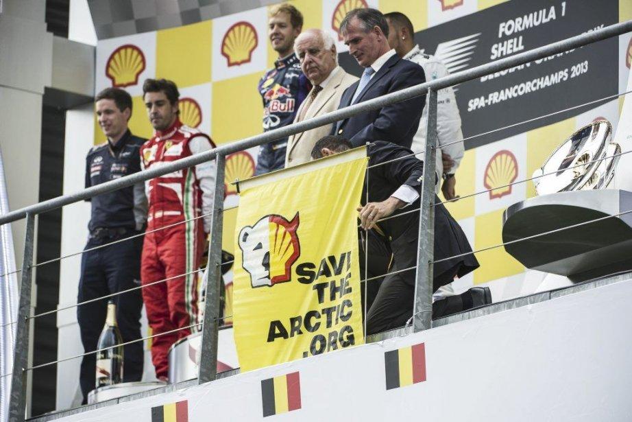 Une petite banderole carrée, portant un logo associant... (PHOTO ÉRIC LALMAND, AFP)