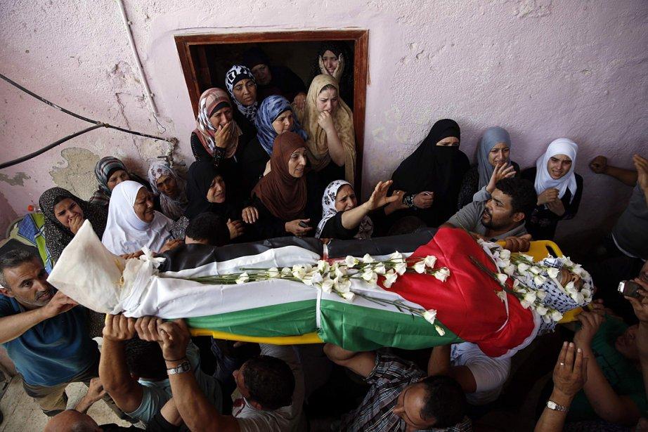 Des Palestiniens pleurent la mort de l'un des... (PHOTO Darren Whiteside, REUTERS)