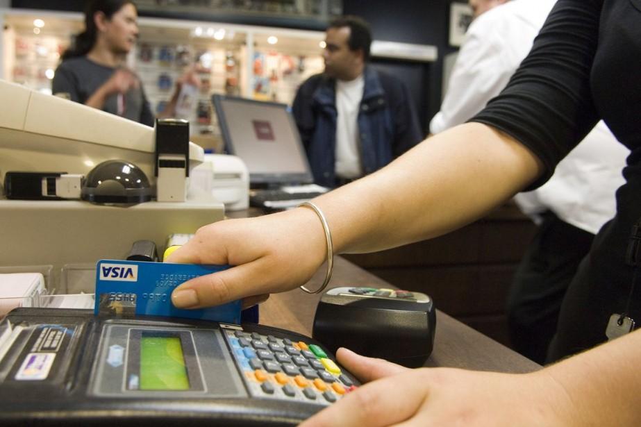Les consommateurs canadiens ont levé le pied en... (PHOTO ARCHIVES BLOOMBERG)