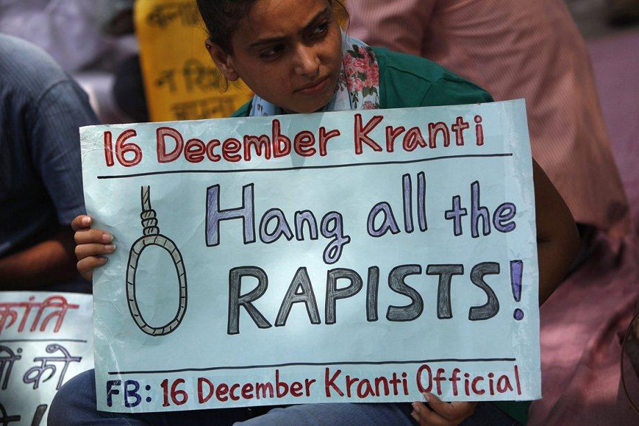 Une jeune femme proteste contre la peine trop... (PHOTO Mansi Thapliyal, REUTERS)