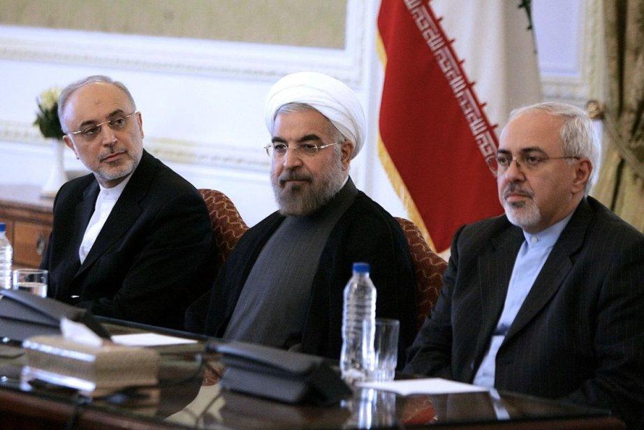 Le président iranien Hassad Rohani (centre) et son... (Photo AFP)