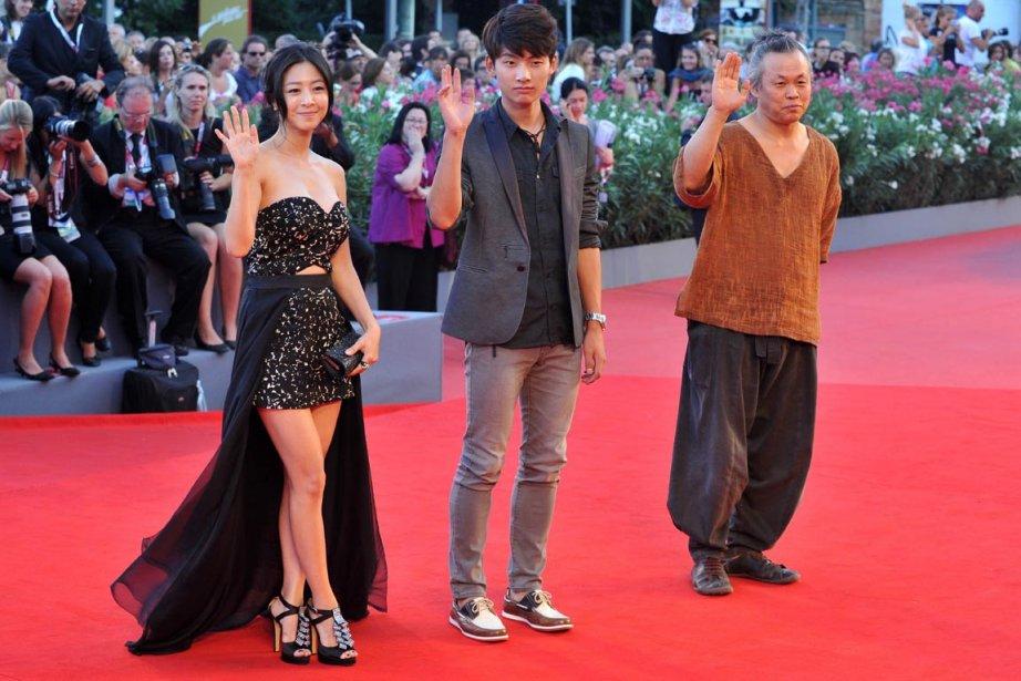 Le réalisateur coréenKim Ki-Duk, à droite, en compagnie de Seo Young-Ju and South Korean et de l'actrice Lee Eun-woo avant la projection de «Moebius». | 3 septembre 2013