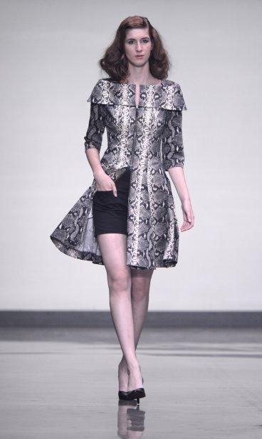 Le designer de la collection MUSE a joué avec la superposition avec plusieurs pièces, comme cette robe-imperméable à col bateau portée sur shorts noir. | 4 septembre 2013