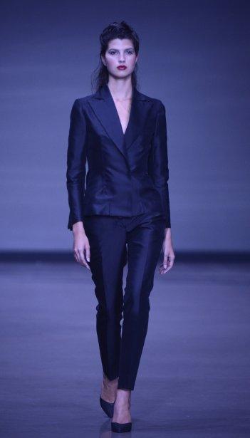 Les designers de UNTTLD ont proposé des pièces très structurées et inspirées de la garde-robee masculine, comme cet ensemble deux-pièces noir. | 4 septembre 2013
