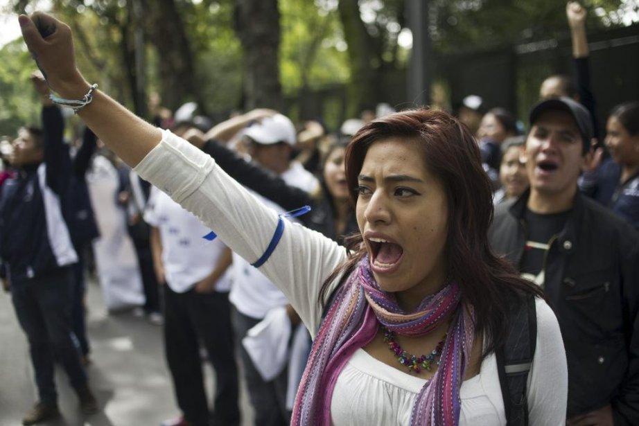 Des enseignants ont envahi mercredi les rues de... (PHOTO Ronaldo Schemidt, AFP)