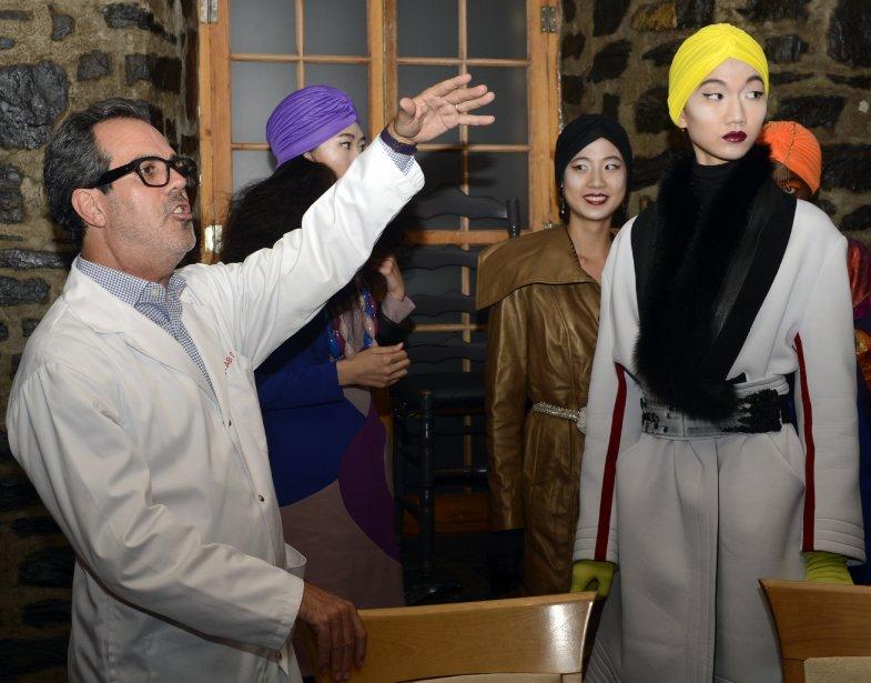 Le scénographe et directeur artistique Dick Walsh donne des instructions aux mannequins quelques minutes avant le début de l'événement. | 5 septembre 2013