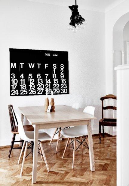 Pour aménager son appartement, la designer d'intérieur a choisi de miser sur une base en noir et blanc, sur des bois clairs et sur certains détails graphiques. (Photo Andrea Papini)