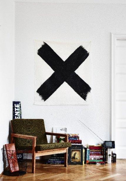 L'appartement n'est pas entièrement meublé IKEA. «J'aime bien mélanger les styles et ainsi composer ma propre identité», souligne la designer. (Photo Andrea Papini)