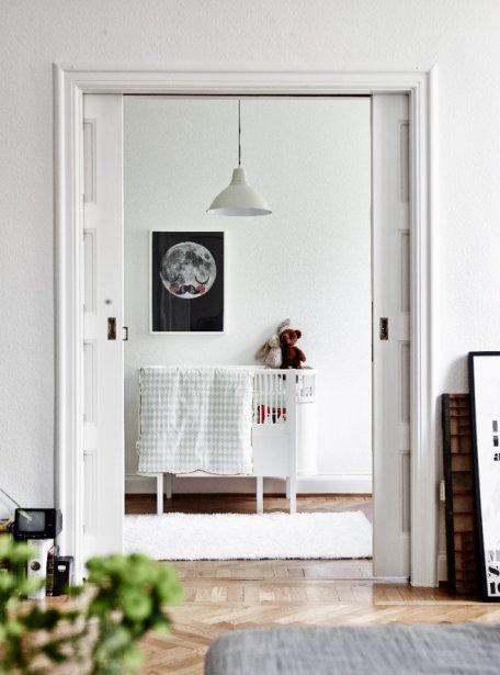 Geneviève Labbé et son mari Kasper attendent l'arrivée d'Olivia à la mi-septembre. Pour la chambre de bébé, la designer a choisi un lit créé par Sebra, un modèle on ne peut plus scandinave. (Photo Andrea Papini)