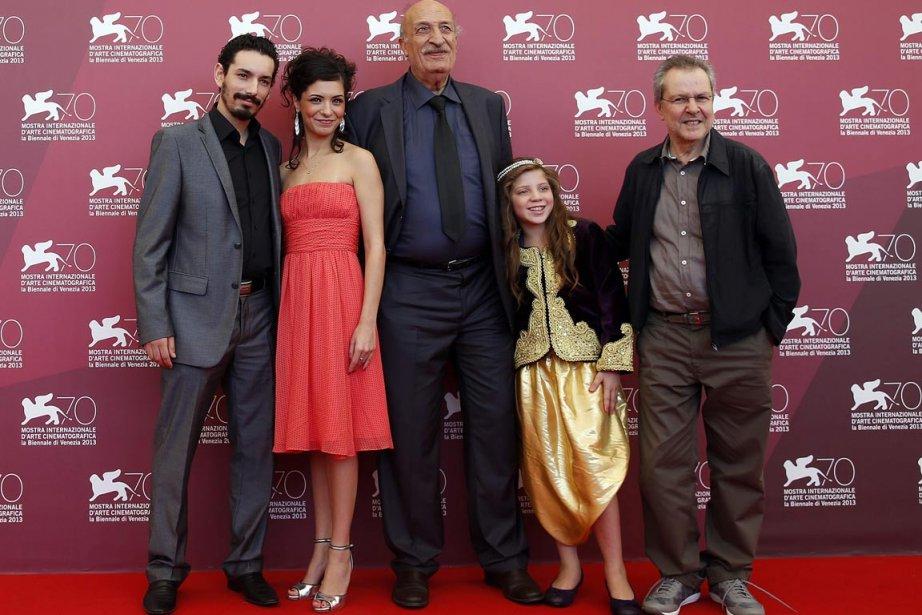 Le réalisateur Merzak Allouach en compétition avec son film «Les terrasses» prend la pose avec ses acteurs: Myriam Ait El Hadj, Hacene Benzerari, Mariem Medjkane et Nadjib Oulebsir. | 6 septembre 2013