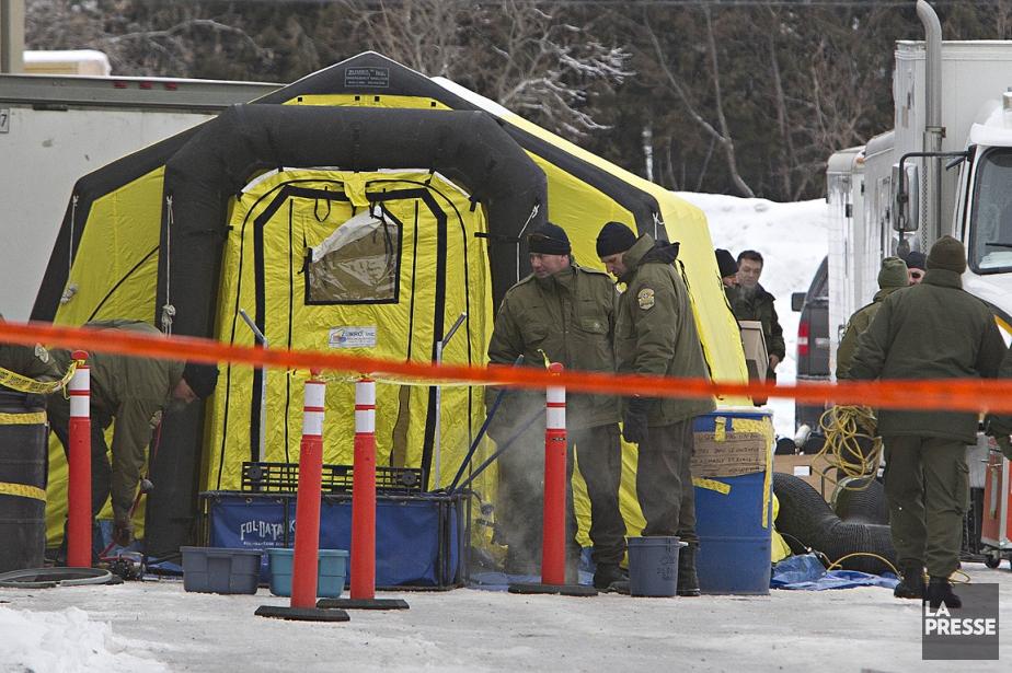 Sur cette photo de 2012, des policiers démantèlent... (Photo Patrick Sanfaçon, archives La Presse)